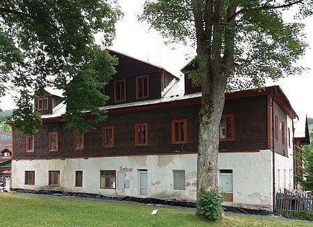 Rodný dům hned vedle železnorudského kostela a fary