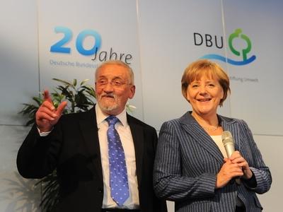 S Angelou Merkelovou na snímku z roku 2011, kdy DBU slavila 20 let své existence