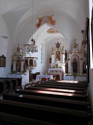 Hlavní oltář kostela ve Všerubech už bez sochy archandělovy avarhany s kazatelnou napravo vpředu