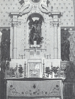 Socha sv. Michaela Archanděla na hlavním oltáři, zde na snímku z května 1946, byla v listopadu 1994 ukradena