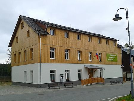 """""""Nová škola"""" z roku 1889 je dnes sídlem kvildského obecního úřadu"""