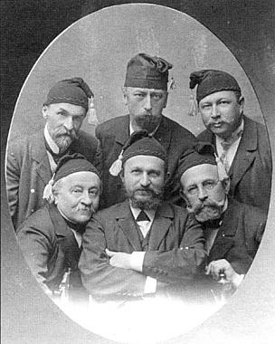 Členové spolku Schlaraffia, dole uprostřed se založenýma rukama Josef Taschek