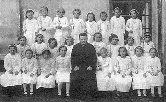Uprostřed dívek o jejich prvním svatém přijímání sedí tu před školou ve Ktiši dne 20. dubna roku 1933