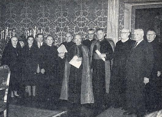 Mezi sudetoněmeckými kněžími a laiky stojí zcela napravo při předávání prosebného listu o blahořečení biskupa Neumanna ve Vatikáně 17. března roku1962