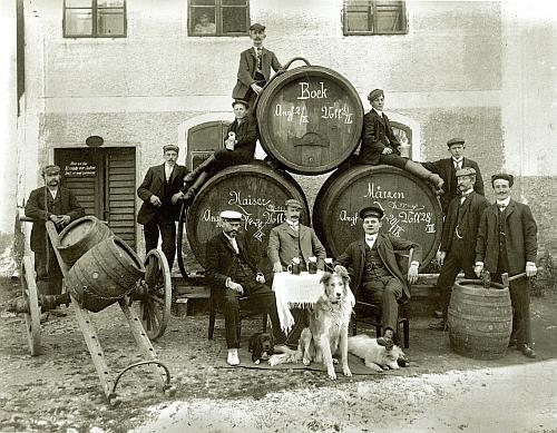 Zaměstnanci měšťanského pivovaru ve Volarech na Seidelově snímku, datovaném 8. září roku 1909, tedy dva roky a6 dnů předtím, než se Alois Wellek narodil
