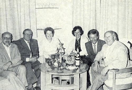 Při oslavách svých sedmdesátin sedí tu zcela napravo, prvý zleva pak jeho přítel Otto Lang, ...