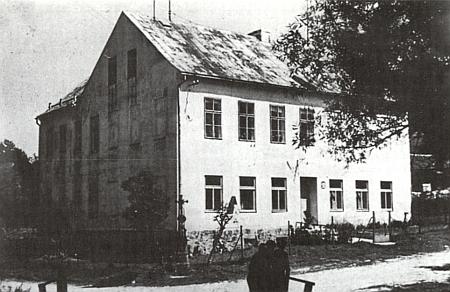 Obecná škola v Červené na snímku z roku 1975