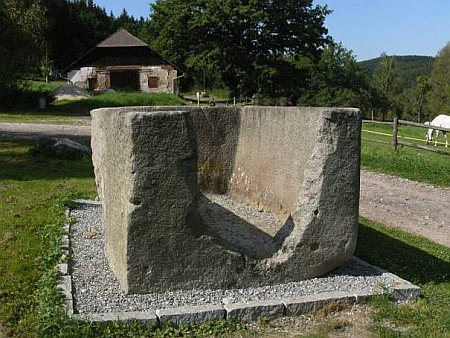 Kamenná nádrž s monogramem opata Georga Wendschuha dnes stojí před branou kláštera ve Vyšším Brodě