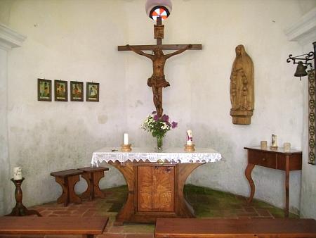 Interiér kaple - informační cedule, která je v ní umístěná, čerpá izestránek Kohoutího kříže