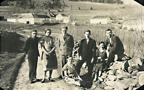 Stará Huť dříve... - nad hlavami dnes neznámých mladých lidí je druhý zprava rodný dům (viz i Wenzel Wenhart)