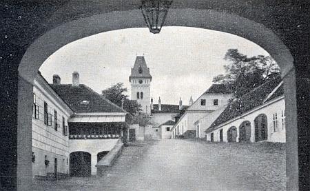 Vstup do vimperského zámku, kde léta působil