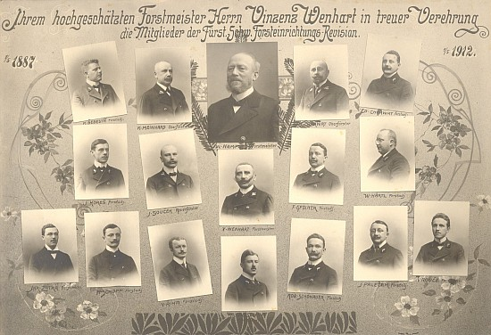 Slavnostní tablo na jeho počest z roku 1912 (v horní řadě druhý zleva je Karl Meinhard)
