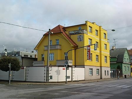 Dům čp. 13 v Mánesově ulici v Českých Budějovicích, který patřil Vinzenzi Wenhartovi a jeho manželce Rudolfině, před a po rekonstrukci ze začátku 21. století