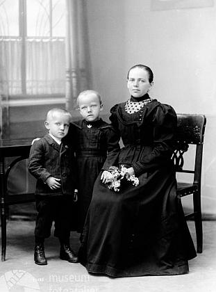Další snímek z 3. července 1925 je psán na Theresii Wickovou, Irresdorf 19, a dá se tedy předpokládat, že zachycuje matku sdalšími Mariinými sourozenci