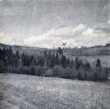... křížek na dalším snímku, pořízeném o Velikonocích roku 1966, označuje místo, kde Lštín stával