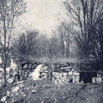 """Zbytky stájí domu zvaného """"Gschirpanihaus"""" v zaniklém Lštíně"""