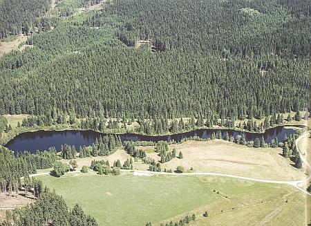 Jiřická nádrž na leteckém snímku - byla zřízena na kdysi nejmenším splavněném toku v Evropě vůbec