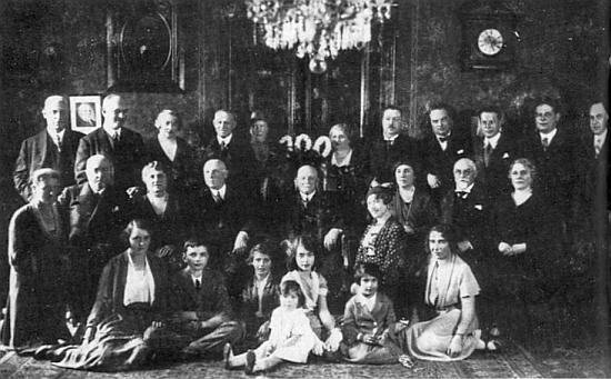 Sté narozeniny Werfelova dědečka z matčiny strany Bernarda Kussiho, majitele mlýnů, slavené rodinou v Plzni (prý poslal blahopřání i T. G. Masaryk) roku 1932 krátce před oslavencovým skonem a uložením do hrobu na plzeňském ústředním hřbitově, kde je pochován i Karel Klostermann