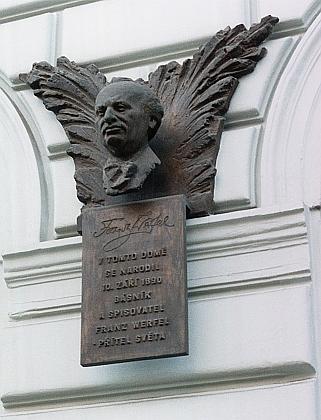 Pamětní deska na jeho rodném domě v pražské Havlíčkově ulici čp. 11 z roku 1990 je dílem Ladislava Janoucha