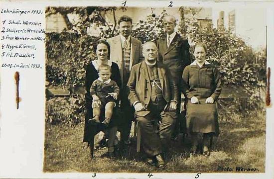Snímek učitelského sboru v Dolní Hraničné (Dolním Markschlagu) zachycuje kromě něj a jeho ženy (pod čísly 1 a 3) také Vinzenze Grosse a Karla Hermentina