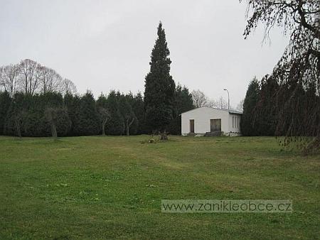 Lestkovský hřbitov dnes (2010) - na místě kde stávala kaple sv. Jana Křtitele stojí nová budova márnice