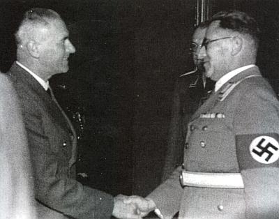 Tady se v říjnu 1940 zdraví s říšským ministrem Wilhelmem Frickem za jeho návštěvy Českých Budějovic