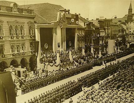 """Tribuna krajského sněmu NSDAP na budějovickém náměstí v červnu 1939, kde stanul jako """"komisařský krajský vůdce"""""""