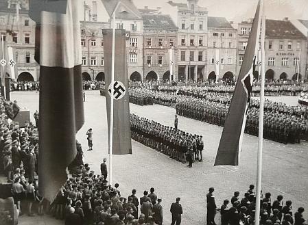 Hitlerjugend před slavnostní tribunou jedné z nacistických přehlídek