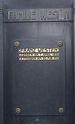 Na rodinné hrobce na českobudějovickém hřbitově u sv. Otýlie najdeme pouze jméno jeho otce