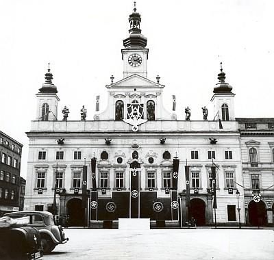 Takto byla znetvořena českobudějovická radnice k padesátinám Adolfa Hitlera v dubnu 1939