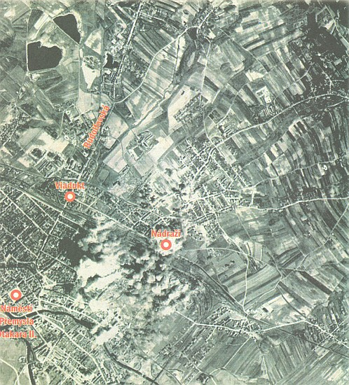 Situační plán spojeneckého náletu na Budějovice v březnu 1945, jehož výchozím orientačním bodem byly Černá v Pošumaví a Olšina; za viaduktem na severozápad Westenovy smaltovny, které za války vyráběly plechové krabice na vojenské plynové masky