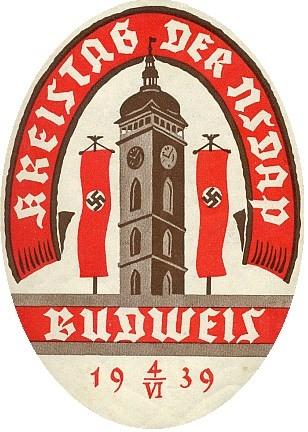 """Nálepka s dosud zachovalým lepem na zadní straně ke """"krajskému sněmu"""" NSDAP 4. 6. 1939 v tehdy ještě """"Českých"""" Budějovicích, iprotektorátní vlajky však už nacisté tehdy odmítli vyvěsit"""