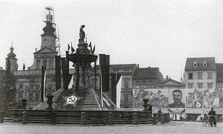 Vánoce 1948: dosud ještě Masarykovo náměstí v Českých Budějovicích šílí tentokráte už bez Němců k sedmdesátinám Stalinovým