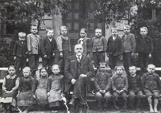 Se žáky školy v Malšíně na snímku z roku 1924