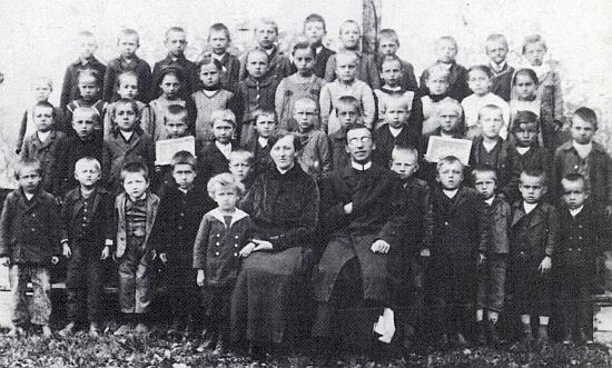 Antonie Weyszerová s kaplanem Lonsingem na snímku se žáky školy v Malšíně roku 1923