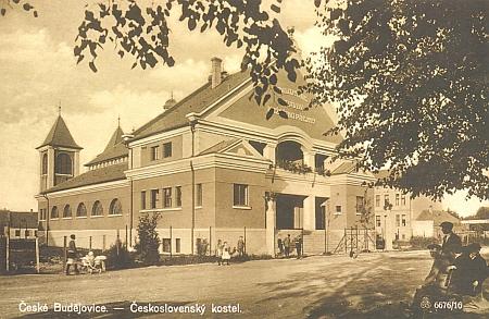 Kostel československé církve na dnešním Palackého náměstí na pohlednici z první poloviny 20. století a v roce 2012