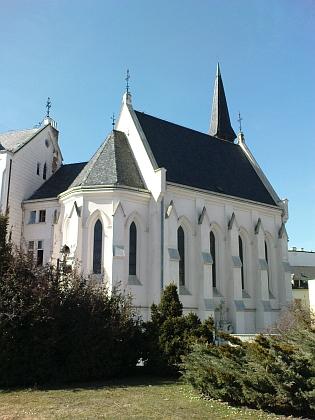 Kostel Svaté Rodiny na konci dnešní ulice Karla IV. na pohlednici zpočátku 20. století a dnes