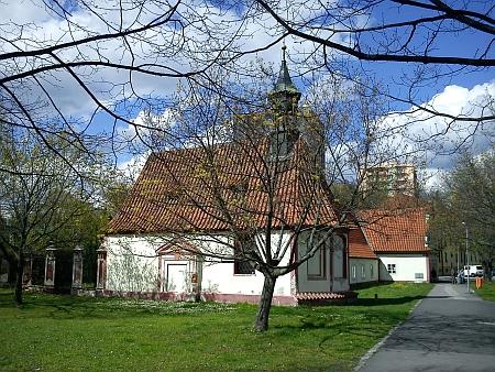 Kostelík Nejsvětější Trojice s někdejším morovým špitálem (před rokem 1918 a v roce 2012)