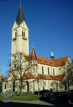 Kostel sv. Jana Nepomuckého na někdejším Lineckém předměstí (před rokem 1935)  a po rekonstrukci v roce 2011