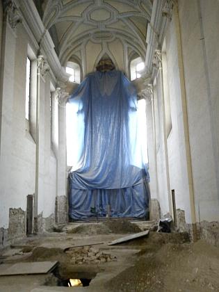 Interiér katedrálního kostela v prosinci 2011 po skončení archeologického průzkumu před zahájením rekonstrukce...