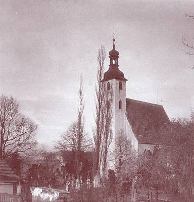 Kostel sv. Prokopa a sv. Jana Křtitele se staroměstským hřbitovem, který přestal být využíván v roce 1889, na staré fotografii