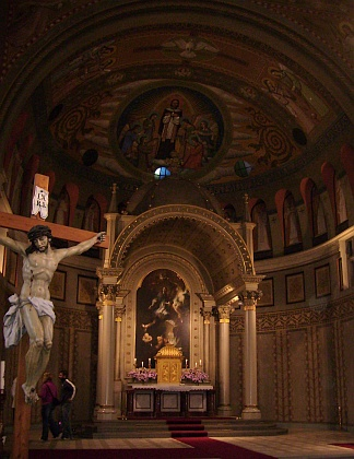 Záběr z interiéru kostela s obrazem jeho patrona od významného rakouského barokního malíře Franze Antona Maulbertsche (1724-1796) na hlavním oltáři (obraz původně zdobil oltář kaple sv. Jana Nepomuckého v českobudějovické katedrále sv. Mikuláše)