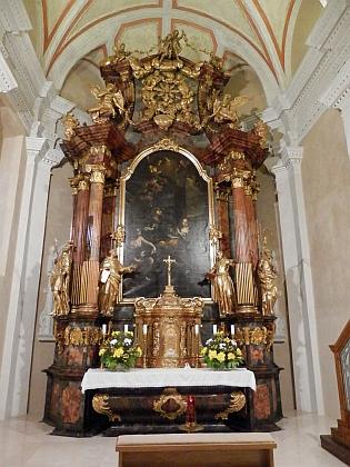 Severní chórová kaple s oltářem svaté Anny