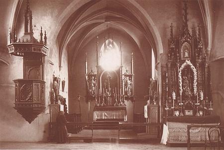Interiér staroměstského kostela na staré fotografii