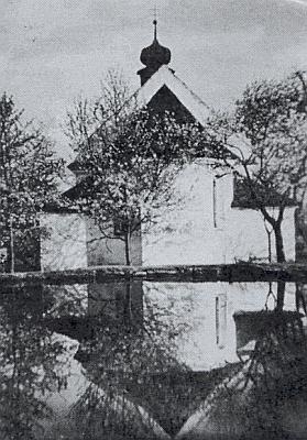 Maxovský kostel s odrazem ve vodní hladině nasnímku z roku 1932