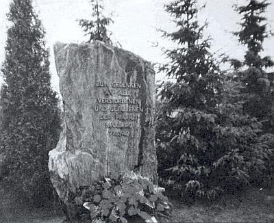 Památník maxovským farníkům v bavorském Eschlkamu nasnímku z roku 1982