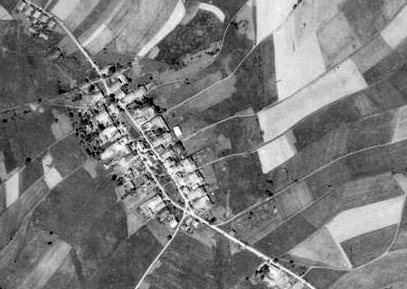 """... a na leteckých snímcích z let 1950 a 2008, z nichž je patrno, že řada chalup zanikla už brzy po """"odsunu"""""""