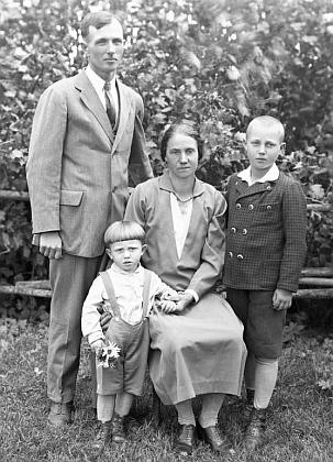 Tyto dva snímky z fotoateliéru Seidel byly připsány na adresu Wiener Karl, Guthausen 18     a nesou datum 10. srpna 1930 - dá se tedy předpokládat, že ten malý chlapec je on