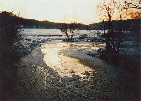 Zamrzlá mladá Vltava u Dobré na Šumavě