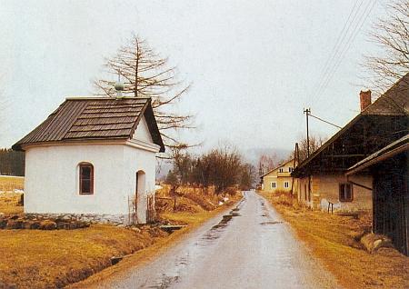 Kaple v rodné vsi na snímku, pořízeném roku 1992